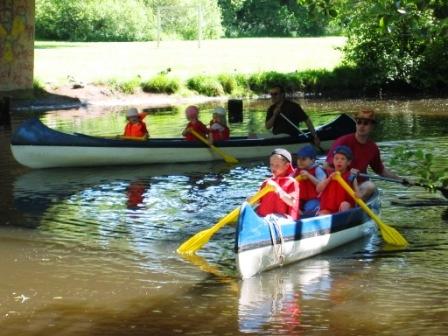 Kinder im Kanu
